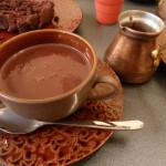 Un chocolat chaud à l'ancienne au salon de thé, la Charlotte de l'Isle