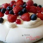 Pavlova aux groseilles, myrtilles et fraises